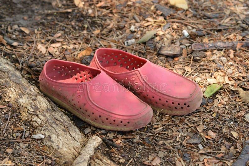 Starzy buty na ziemi zdjęcia stock