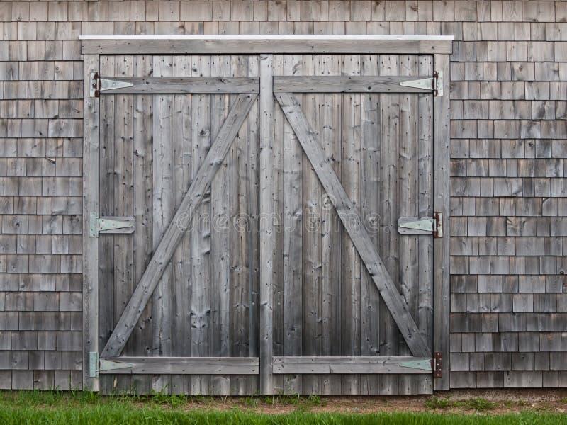 Starzy cedrowi stajni drzwi zdjęcie stock