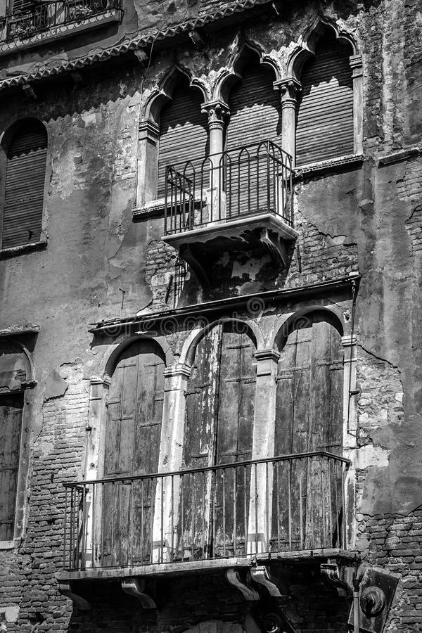 Starzy charłaccy okno i drzwi w czarny i biały zdjęcie stock