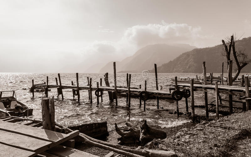 Starzy chwiejne drewniani mola out w Jeziornego Atitlan w Gwatemala w czarny i biały zdjęcie stock