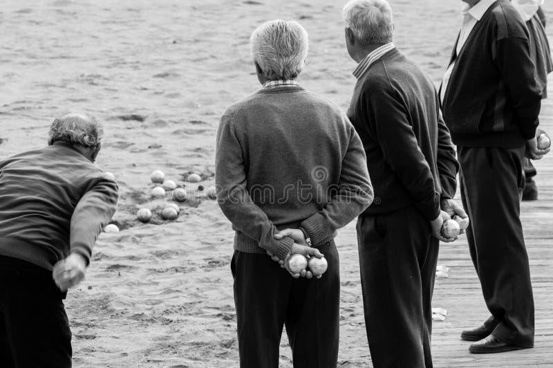 Starzy człowiecy bawić się petanque obrazy stock