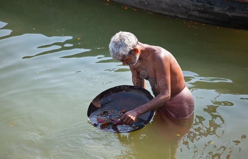 Starzy człowiecy patrzeje dla pożytecznie rzeczy w rzece zdjęcie royalty free