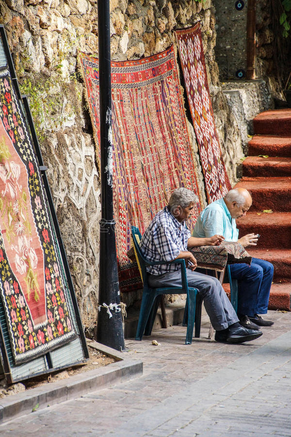 Starzy człowiecy sprawdza ich telefony komórkowych obrazy stock