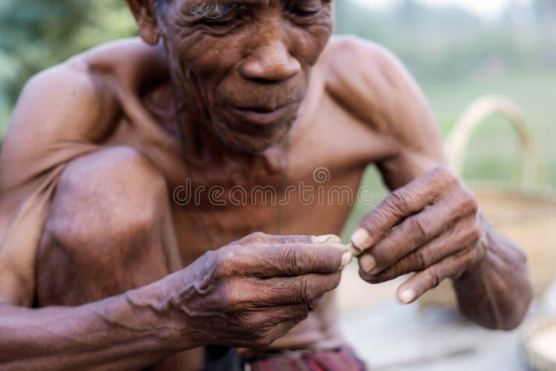 Starzy człowiecy trzymają papierosy obrazy stock
