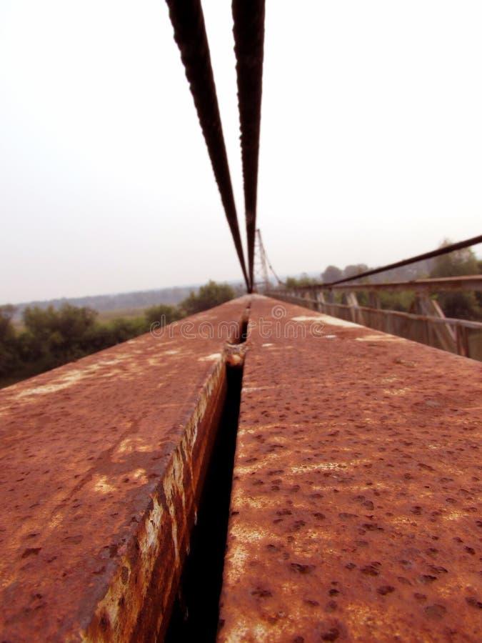 Starzy czerwieni żelaza lampasy poręcz, stal depeszują, budowa kruszcowy ośniedziały most zdjęcia royalty free