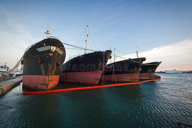 Starzy, decommissioned ładunków statki, z rzędu obrazy royalty free