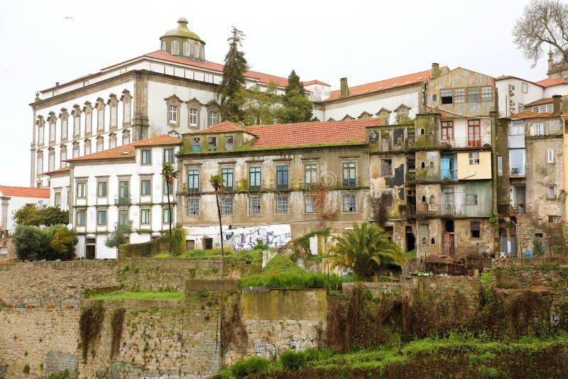 Starzy desolated zaniechani domy w Porto centrum, Portugalia obraz stock