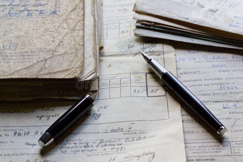Starzy dokumenty i pióro zdjęcie stock