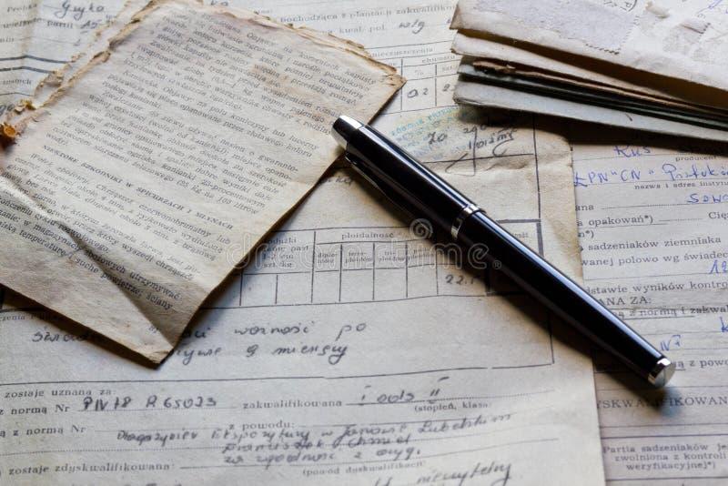 Starzy dokumenty i pióro fotografia stock
