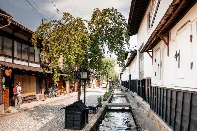 Starzy domy i Japoński turysta na naturalnym stre ulicznym i małym obraz stock