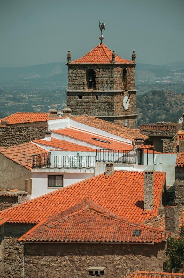 Starzy domy i kościelny steeple z zegarem przy Monsanto obrazy stock