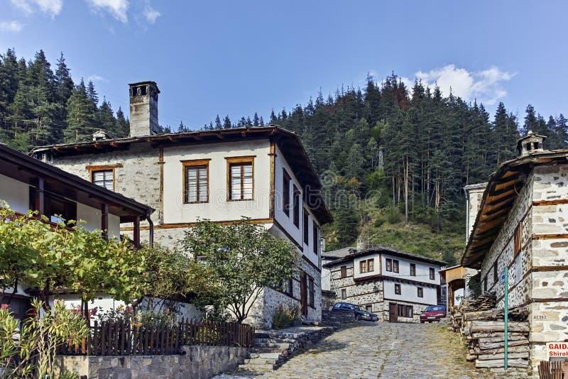 Starzy domy i ulicy w dziejowym miasteczku Shiroka Laka, Bułgaria obrazy stock