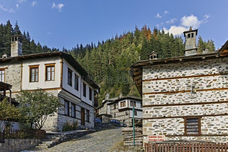 Starzy domy i ulicy w dziejowym miasteczku Shiroka Laka, Bułgaria zdjęcie stock