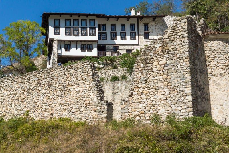 Starzy domy, piasków ostrosłupy i ruiny świętego Barbara kościół w miasteczku Melnik, Bułgaria zdjęcie royalty free