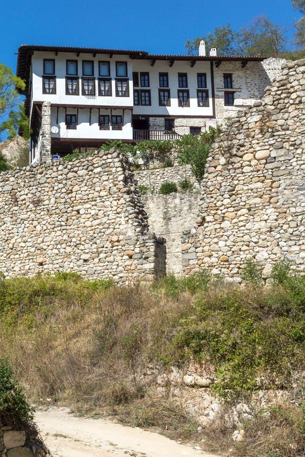 Starzy domy, piasków ostrosłupy i ruiny świętego Barbara kościół w miasteczku Melnik, Bułgaria zdjęcie stock