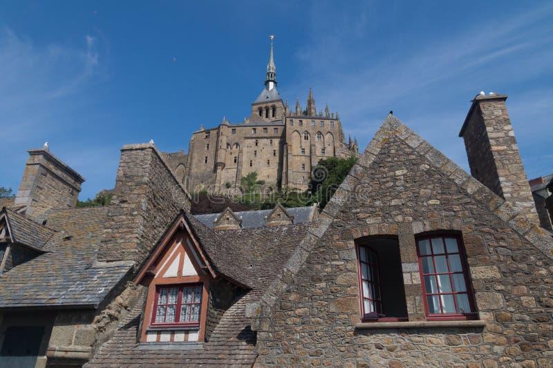 Starzy domy przed Mont saint michel, Francja zdjęcie royalty free