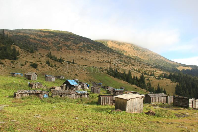 Starzy domy w górach obrazy stock