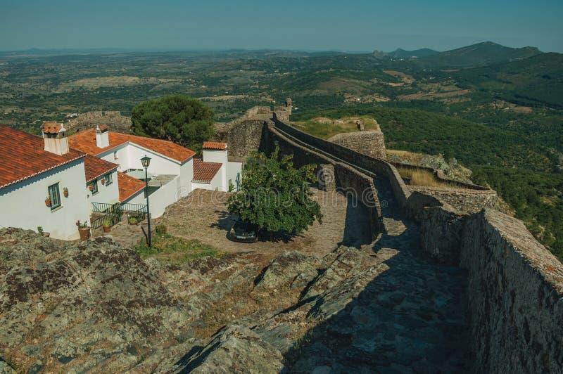 Starzy domy z białkującą ścianą nad skalistą granią w Marvao obraz royalty free