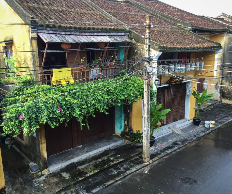 Starzy drewniani domy na głównej ulicie w Hoi, Wietnam obrazy royalty free