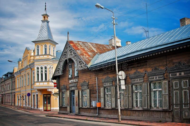 Starzy drewniani domy w małym rogu ulicy Rakvere, Estonia obraz stock