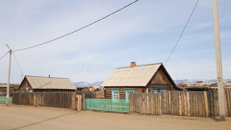 Starzy drewniani domy w wiosce Khuzhir na wyspie Olkhon Wiosna w Syberia na jeziornym Baikal obrazy stock
