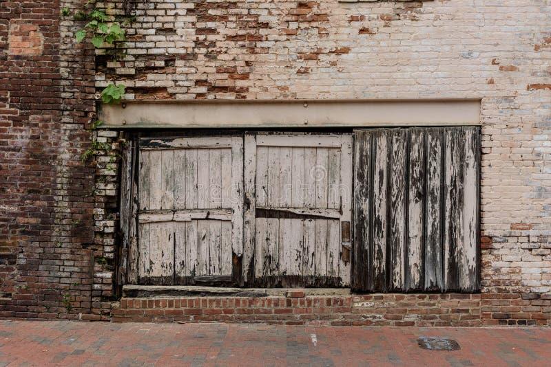 Starzy Drewniani drzwi W ściana z cegieł obrazy royalty free