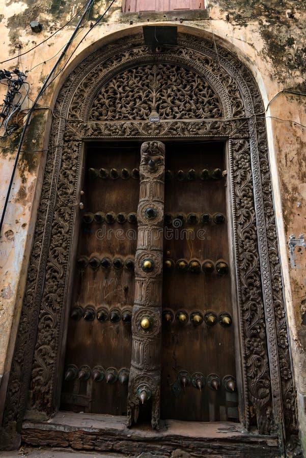 Starzy drewniani drzwi w Kamiennym miasteczku, Zanzibar zdjęcia royalty free
