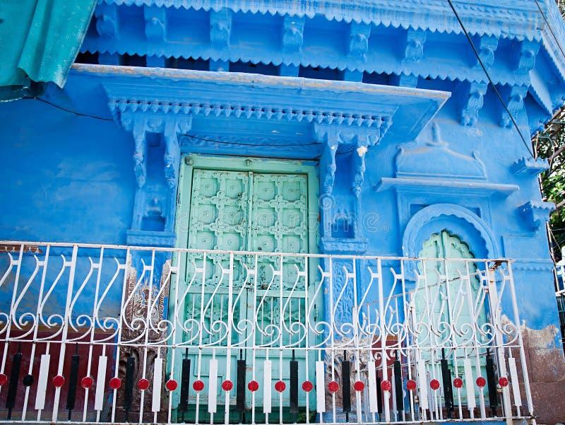 Starzy drewniani drzwi z błękit ścianą Jodhpur, Rajasthan, Iindia obrazy royalty free
