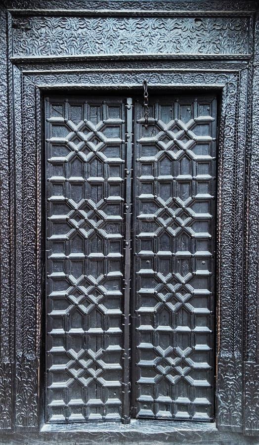 Starzy drewniani drzwi z kędziorkiem zdjęcie royalty free