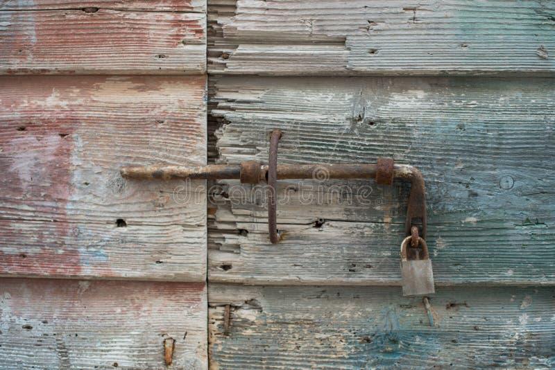 Starzy drewniani drzwi zamykający z metalu kędziorkiem Mlecznoniebiescy drzwi obrazy royalty free