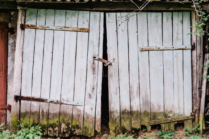 Starzy drewniani garaży drzwi zakrywający mech łamający Zamykający na cześć obraz stock