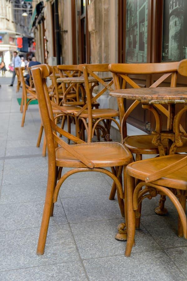 Starzy drewniani krzesła zdjęcie royalty free