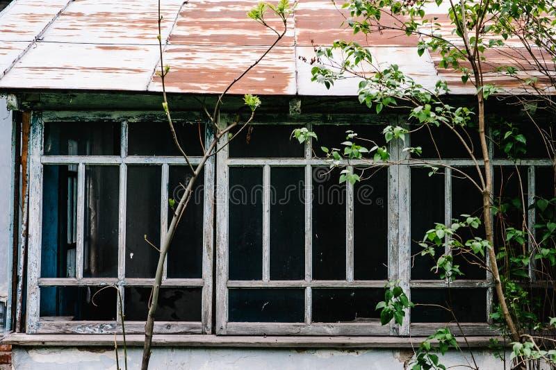 Starzy drewniani okno stary dom Z obieranie farby błękitem ru obraz stock