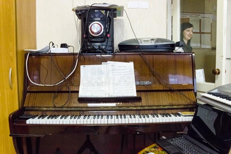 Starzy drewniani pianino klucze na drewnianym instrumencie muzycznym w frontowym widoku obraz royalty free