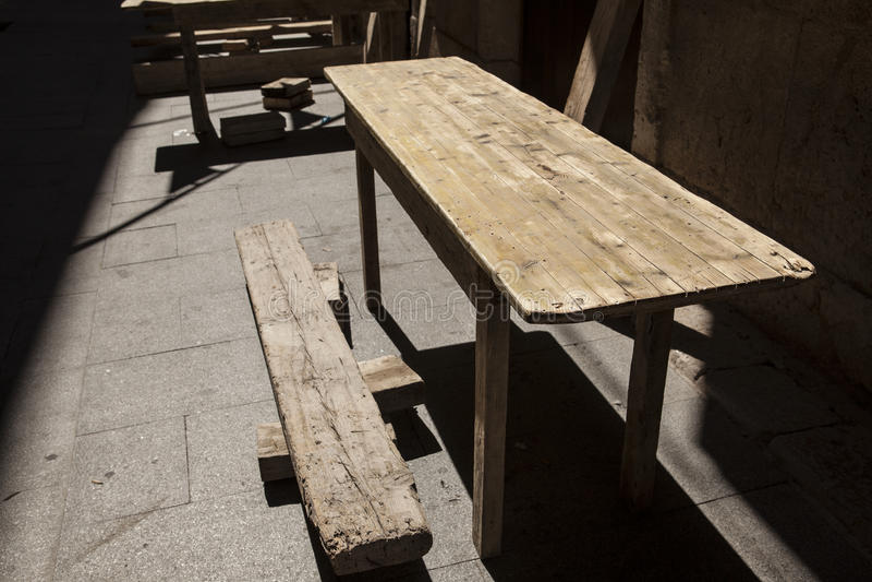 Download Starzy Drewniani Stoły Przy Plenerową Kawiarnią Zdjęcie Stock - Obraz złożonej z pokój, szyk: 57654116