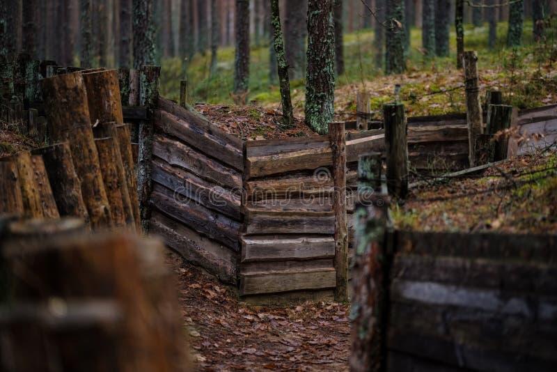 starzy drewniani trenshes w Latvia odbudowa pierwszy wojna światowa zdjęcie stock