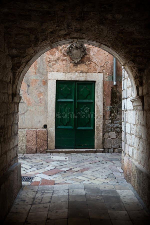 Starzy drewniani zieleni drzwi w Montenegro obraz stock