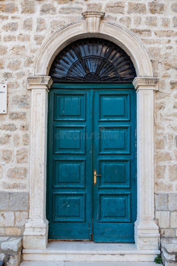 Starzy drewniani zieleni drzwi w Montenegro zdjęcie royalty free