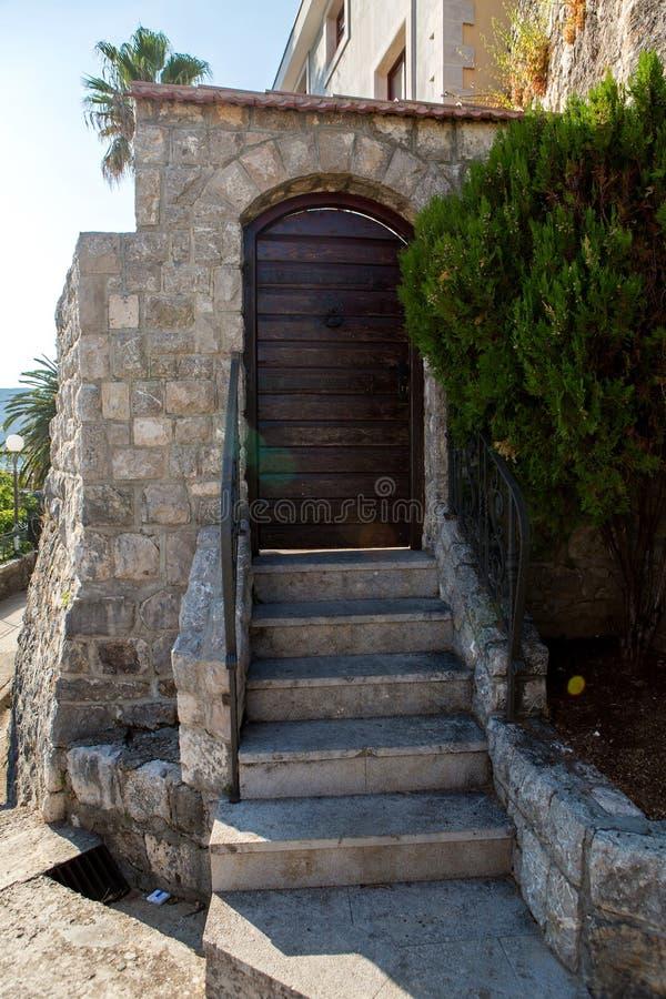 Starzy drewniani zieleni drzwi w Montenegro zdjęcia royalty free