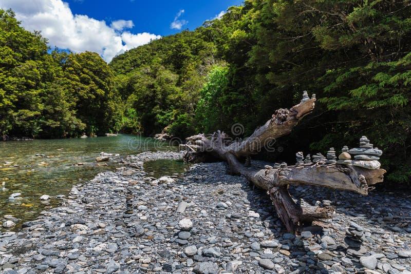 Starzy drzewni i kamienni ostrosłupy blisko Fantail Spadają obrazy stock