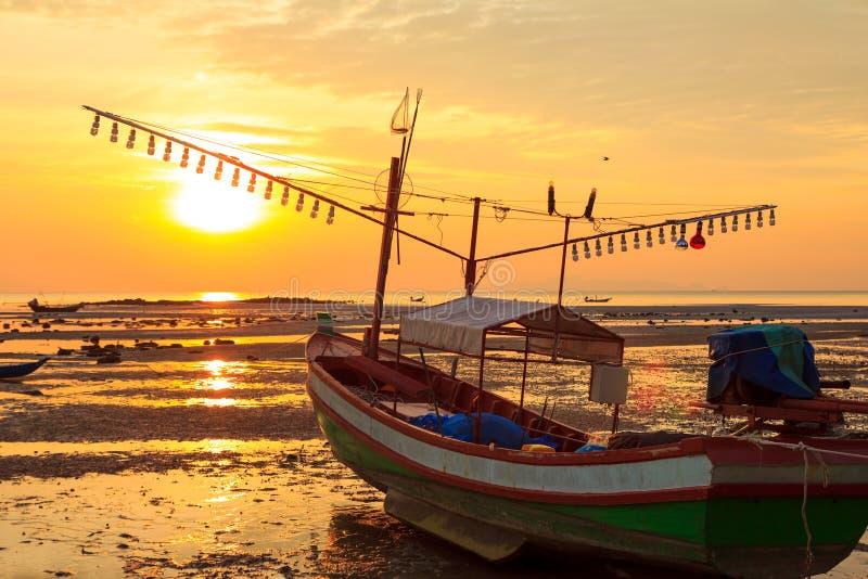 Starzy fishermans łódkowaci przy zmierzchem obraz stock