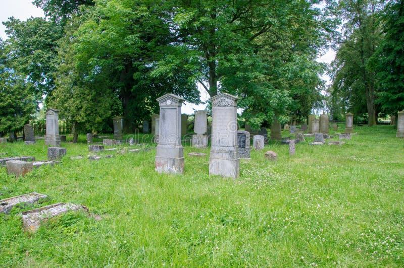 Starzy grób przy dużym Mennonite cmentarzem w północy Polska zdjęcie stock
