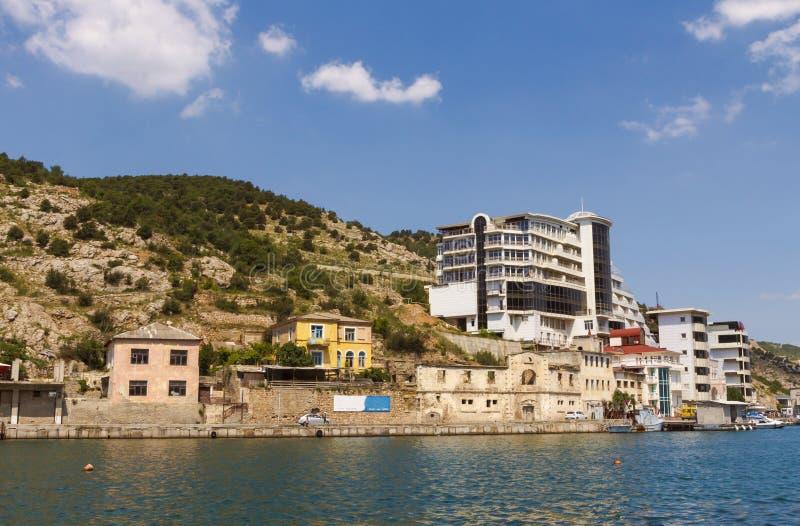 Starzy i nowi budynki na bankach malowniczy Balaklava Trzymać na dystans w Crimea fotografia stock