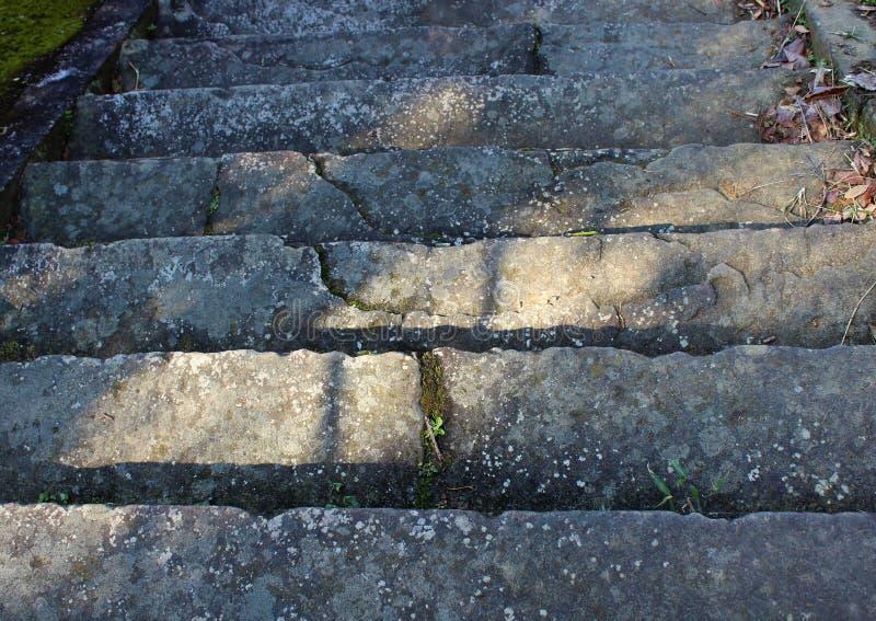 Starzy kamieni kroki na zboczu w Japonia zdjęcie stock