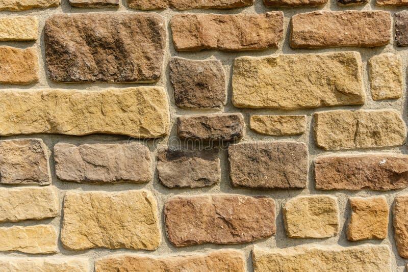 Starzy kamienni powlekanie talerze na ściennym zbliżeniu obrazy stock