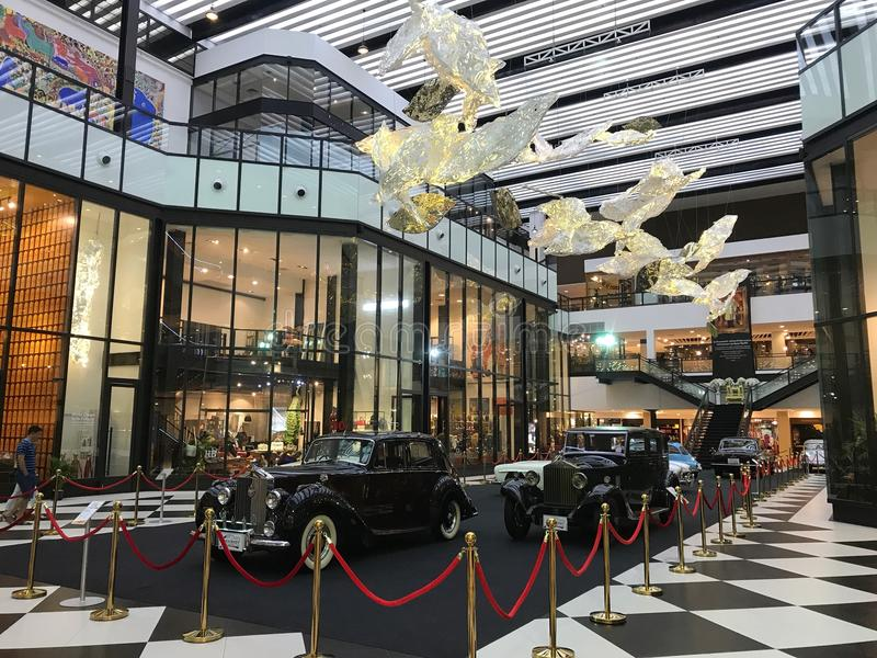 starzy klasyczni samochody wystawiają przy Rzecznym miastem Bangkok pod zwany ` A podróży puszka pamięci pasa ruchu ` obraz stock