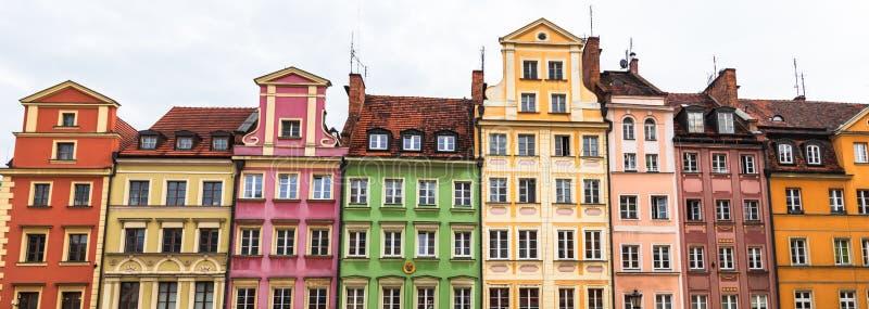 Starzy kolorowi budynki na targowego kwadrata rynku w stary grodzki Wrocławskim fotografia stock