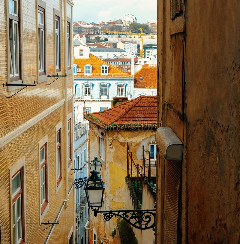 Starzy kolorowi domy i ulicy Lisbon zdjęcia royalty free