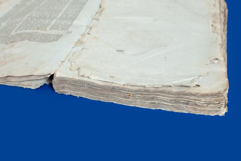 Starzy książkowej pokrywy rocznika tła błękitnego odosobnionego Żydowskiego talmudu biblii Jidyszowi listy zdjęcia royalty free