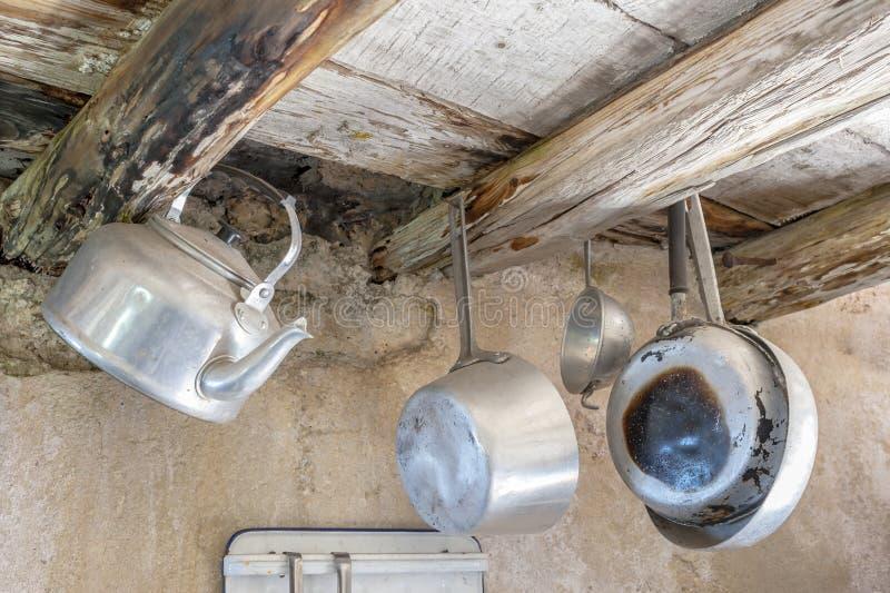 Starzy kuchenni naczynia w aluminium obraz stock